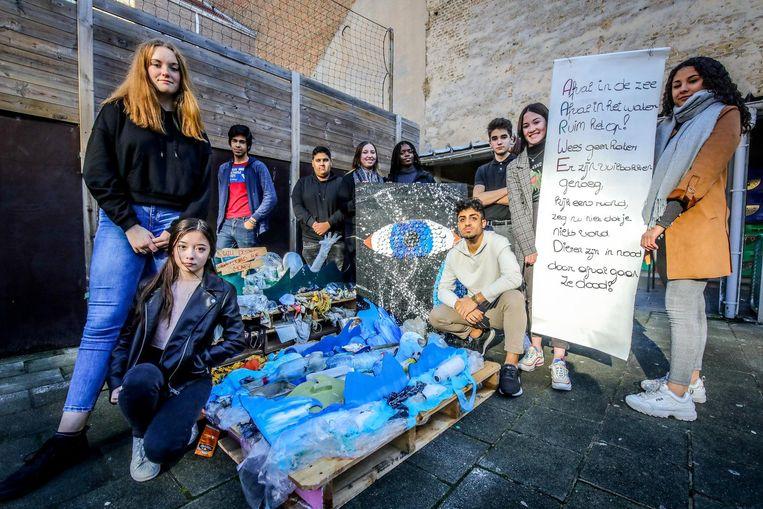 De leerlingen bij hun kunstwerk gemaakt van afval uit zee.