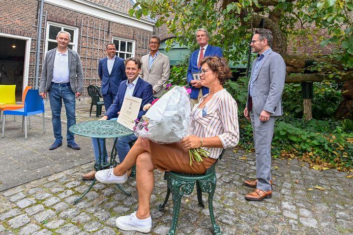 Wethouder Hans Wierikx reikte de prijs uit in aanwezigheid van de gemeentelijke Monumentencommissie.