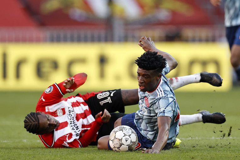 Pablo Rosario van PSV in een grondduel met Ajacied Mohammed Kudus.  Beeld ANP