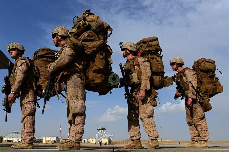 Amerikaanse mariniers staan op het punt om aan boord te gaan van een transport richting Kandahar. Beeld AFP