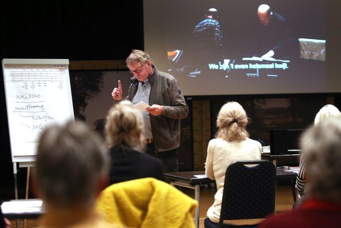 In Den Boogaard in Moergestel trekt Leo Wolfs een vaste schare luisteraars naar zijn lezingen over klassieke en wereldmuziek.