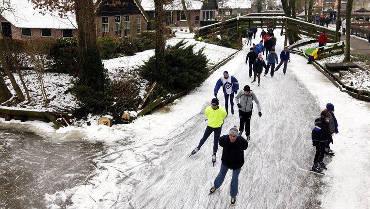 Deelnemers van de schaatstocht door de kop van Overijssel in Giethoorn in 2012 Beeld ANP
