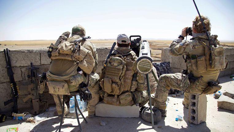 Belgische en Amerikaanse soldaten in de buurt van de frontlinie tijdens het offensief om Tal Afar. De noordelijke stad in Irak geldt als één van de laatste bolwerken van Islamitische Staat in het land. Beeld ap