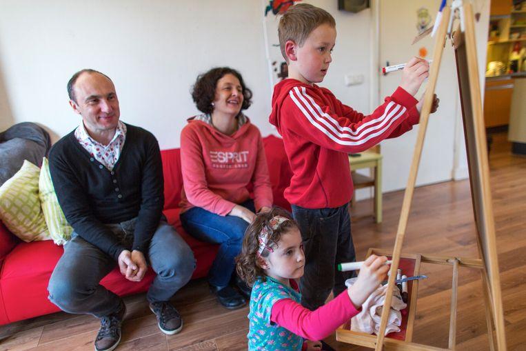Familie Le Net in Deventer maakt samen met de kinderen een planning voor de week. Beeld Ton Koene