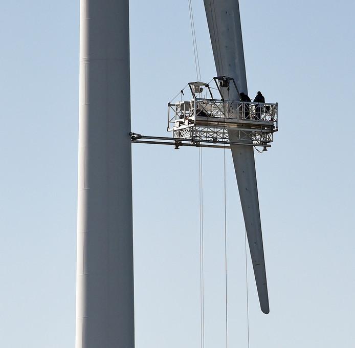 Onderhoudswerk aan één van de windturbines in de Terneuzense Koegorspolder.