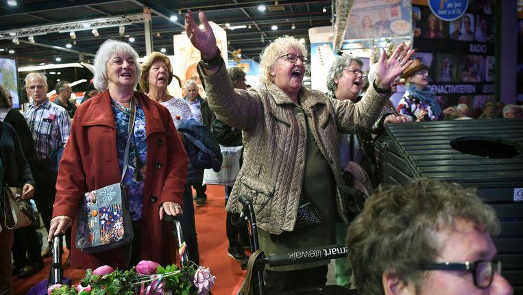 Senioren zingen mee met een band op de 50+beurs in september 2017. Beeld Marcel van den Bergh / de Volkskrant