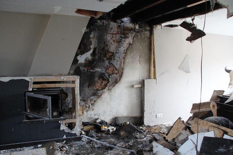 Nadat de schouwbrand een eerste keer geblust werd, bleef het smeulen achter de valse wand. Het huis is onbewoonbaar.