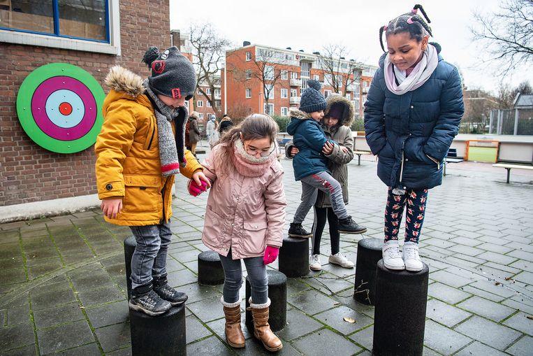 Kinderen van basisschool Finlandia in Rotterdam spelen buiten tijdens noodopvang. Beeld Guus Dubbelman / de Volkskrant