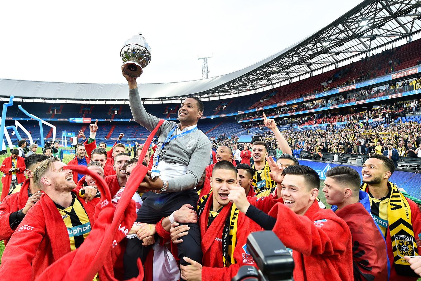 Henk Fraser gaat op de schouders bij Vitesse met de KNVB-beker in 2017, de enige bekerwinst uit de historie van de Arnhemmers.