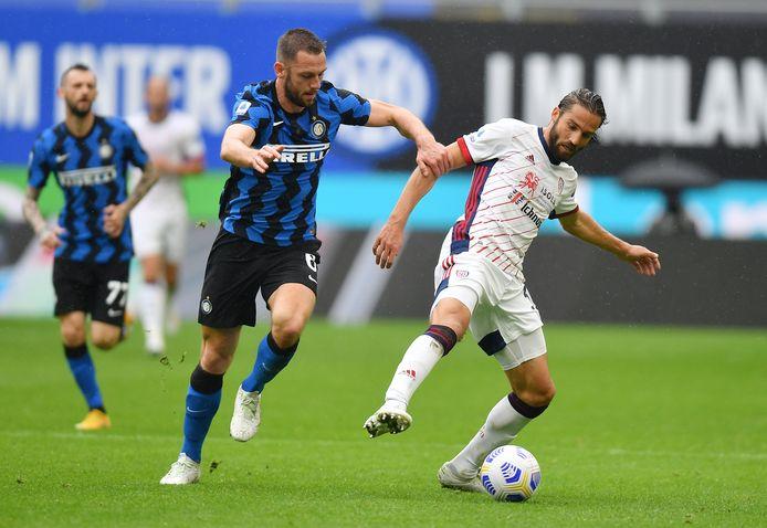 Stefan de Vrij (l) in duel met Cagliari-speler Leonardo Pavoletti.