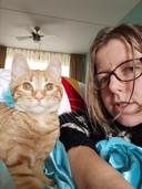 Thea met haar kitten Charlie.