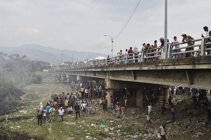 Demonstranten op de Simon Bolivar brug, op de grens met Colombia.