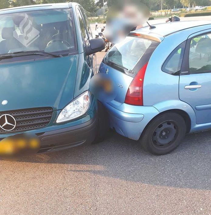 De verdachte ramde met zijn auto het groene politiebusje links.