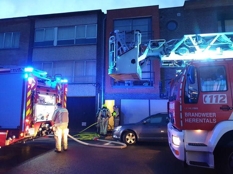 De brandweer moest uitrukken naar de Madrigaalstraat. Het appartement liep zware schade op.