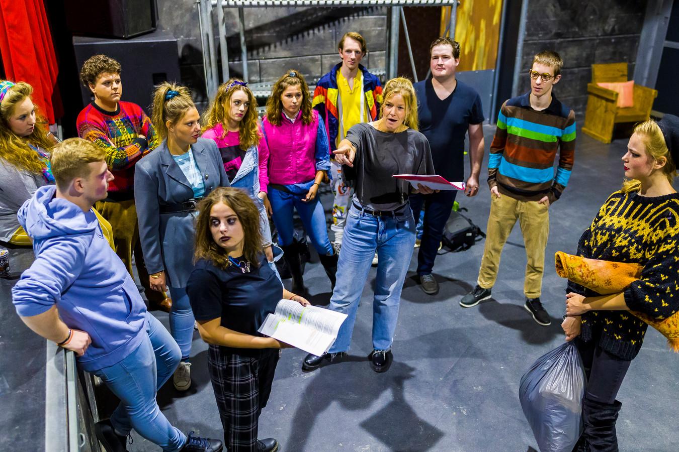 Wendy de Kok (midden), drijvende kracht achter het Wenstheater, is een online petitie gestart om de subsidie voor jongerencentrum Tavenu te behouden. Er zijn inmiddels ruim 2600 steunbetuigingen
