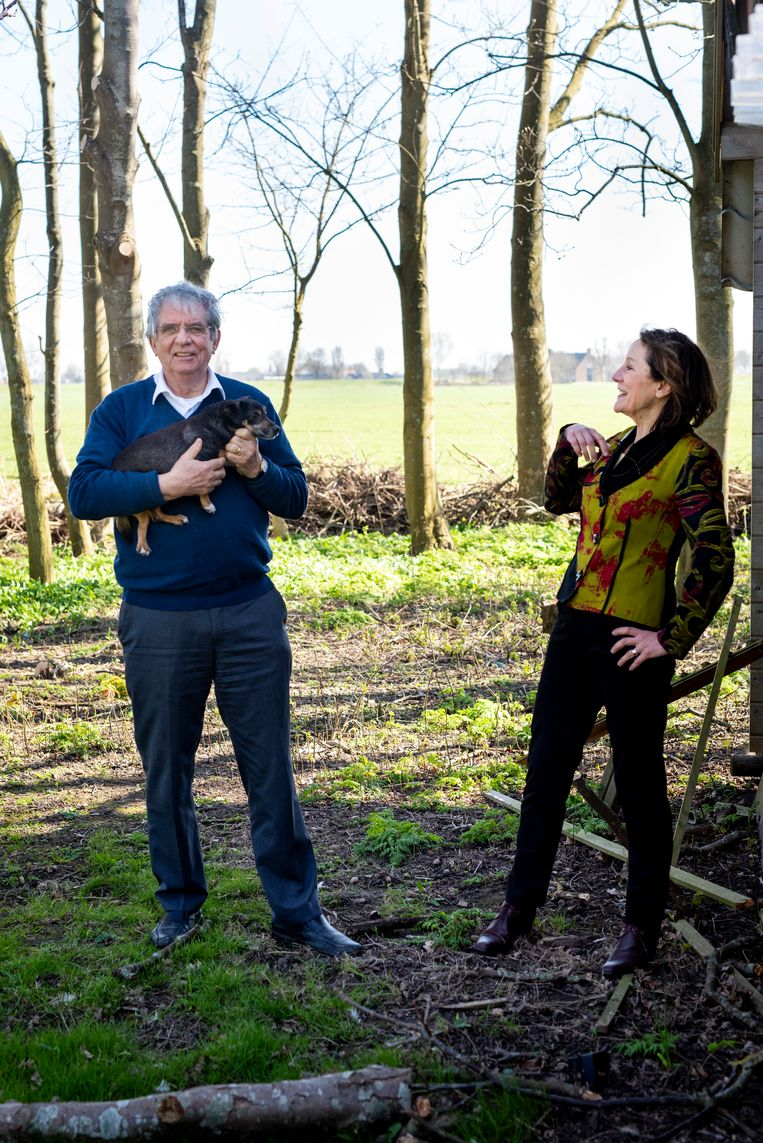 Cees Veerman en Louise Vet op Veermans grond in Goudswaard. Beeld Linelle Deunk