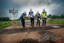 Burgemeester van Wassenaar Jan Hoekema met onder meer de Amerikaanse ambassadeur luiden in mei 2014 de start van de bouw in.