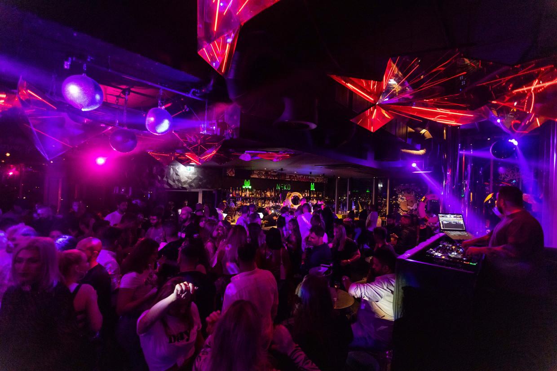 Ook in de Duitse stad Freiburg gingen de clubs zaterdag weer open. In club Neko werd zondag vroeg nog volop gedanst. Beeld AP