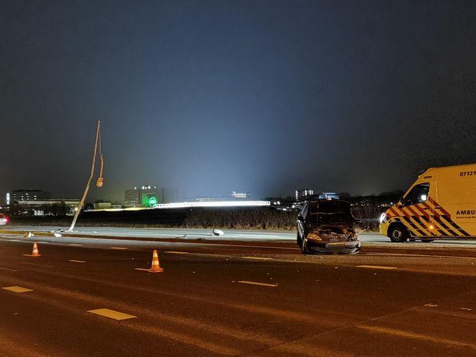 De situatie na de botsing van een personenwagen tegen een lichtmast op de Mansholtlaan in Wageningen.