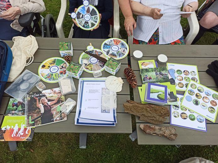 De rugzak bevat onder meer tips om creatief aan de slag te gaan met natuurlijke materialen, een voelspel, zoekkaarten, een luisterbingo, recepten en wist-je-datjes