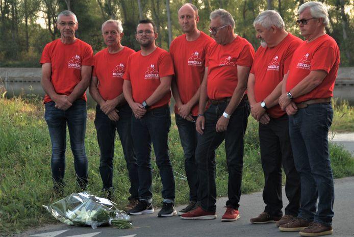 Patrick D'hoore, Dirk Verlinden, Olivier Strubbe, Dieter Viaene, Thierry Fevery, Louis Van Torre en Yvan Devisch leggen bloemen neer op de plek waar Chris Anker Sørensen is verongelukt.