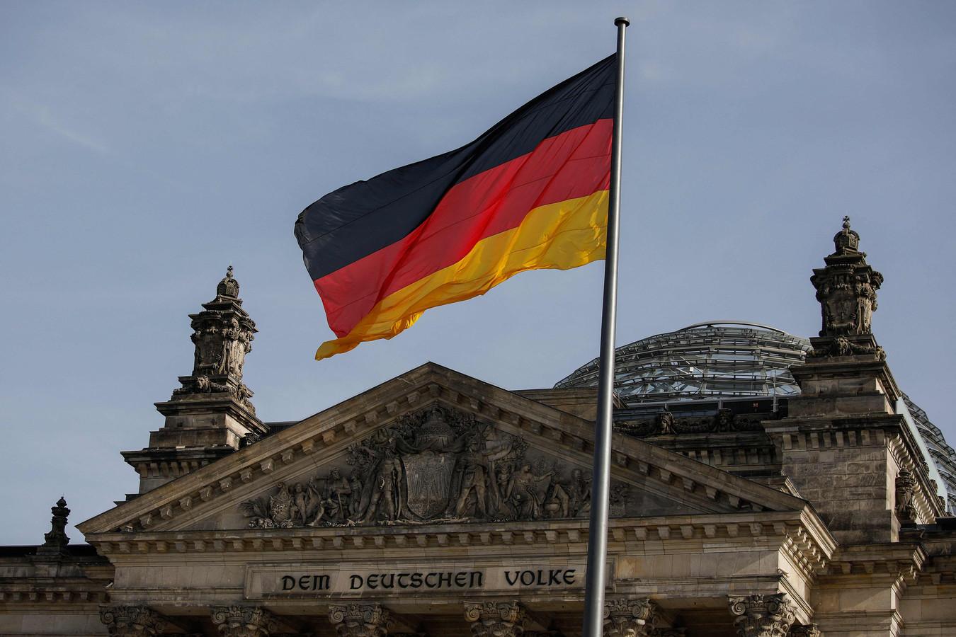 Een Duitse vlag voor het Reichstag-gebouw