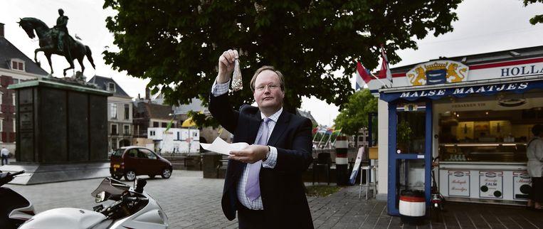 Hans van Baalen voor de haringkar aan het Binnenhof in Den Haag.  Beeld Martijn Beekman