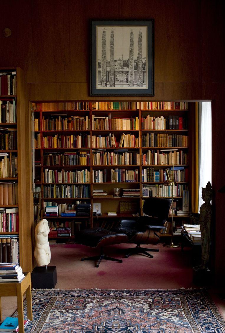 Een boekenkast en de favoriete luie stoel van schrijver Harry Mulisch. Beeld anp