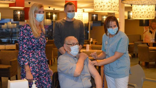 Charles Beeckman (86) als eerste gevaccineerd in WZC Residentie Prieelshof
