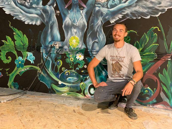 Kiwi Wall Art bij zijn werk The world.