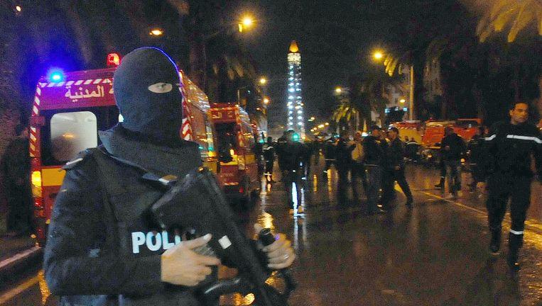 Een gemaskerde agent in Tunis na de aanslag Beeld ap