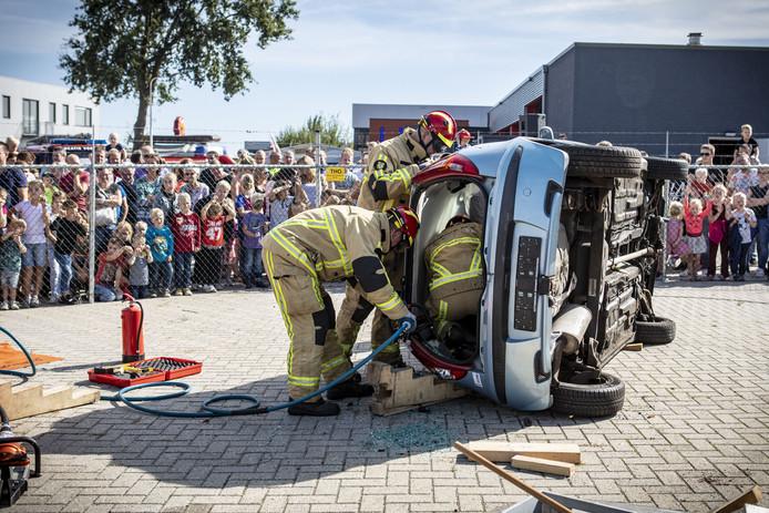Brandweerlieden demonstreren hoe een beknelde passagier wordt bevrijd.