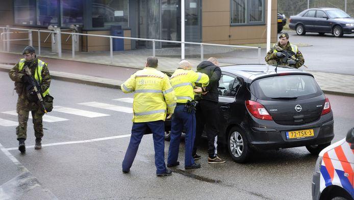 Leden van een arrestatieteam arresteren een man in de haven van Vlissingen tijdens een grote oefening.