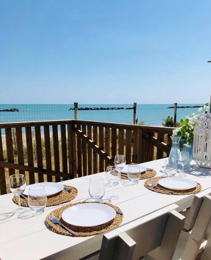 Eten met uitzicht op zee.