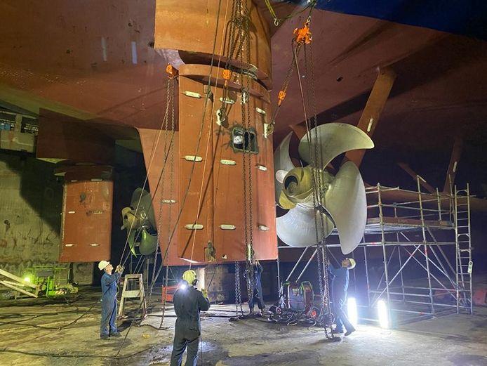 Het roer van de P&O veerboot wordt gedemonteerd.