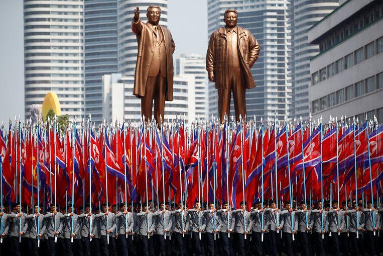 Noord-Koreaanse vlaggen voor de standbeelden van de Grote Leiders. Beeld REUTERS