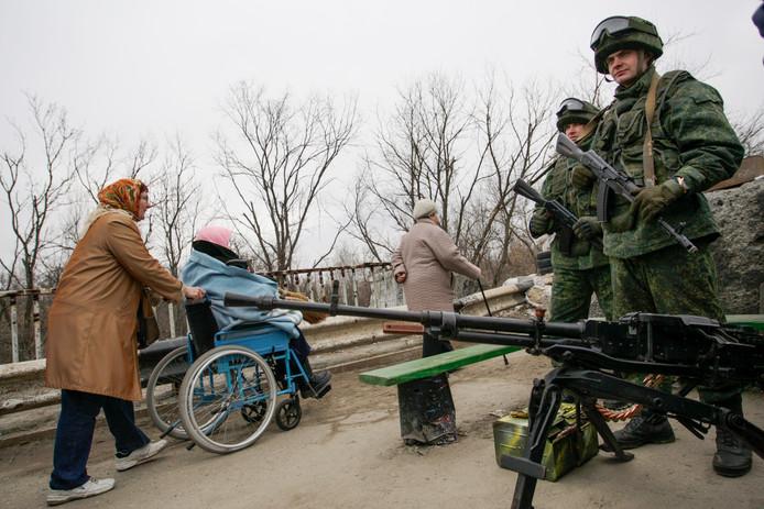 Separatisten bewaken een checkpoint bij Loegansk