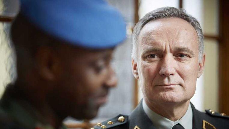 Commandant van de VN-missie Minusma Jean Bosco Kazura (L) met Commandant der Strijdkrachten Tom Middendorp (R) in het ministerie van Defensie in Den Haag. Beeld anp
