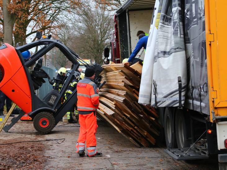 Man bekneld onder stapel hout in Heesch: traumaheli ter plaatse