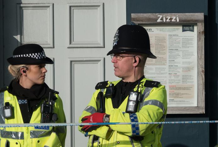 Agenten buiten het pizzarestaurant Zizzi, waar Skripal en zijn dochter zondag aten