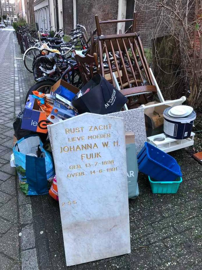 In het centrum van Amsterdam stond opeens een grafsteen uit 1991.