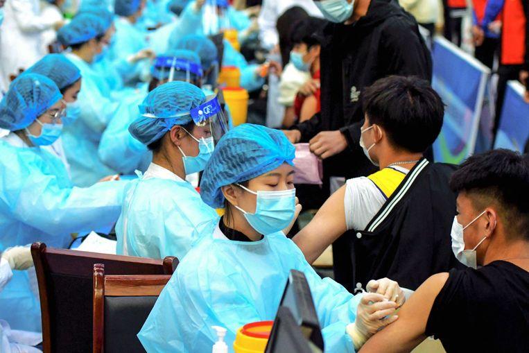 Vaccinatiecampagne met het Sinovac-vaccin in Qingdao in het oosten van China. Beeld AFP