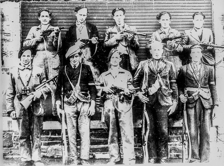 Na de bevrijding maakte een fotograaf een portret van een groepje weerstanders, onder hen de vier broers Léonard. Zij werden in 1945 gevangengenomen door de SS. In 1946 groef een vos hun lichamen op. Beeld Jonas Lampens