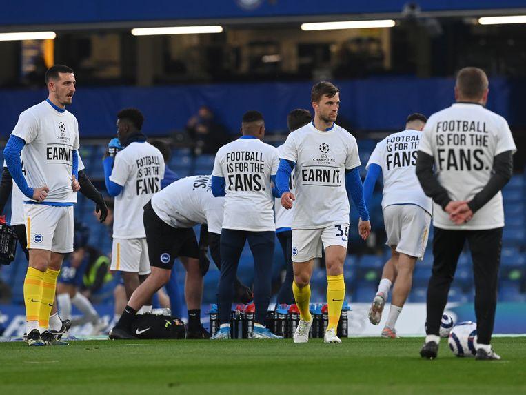 Spelers van Brighton protesteren met shirts met daarop 'Voetbal is voor de fans' tegen de komst van de Super League. Beeld AP