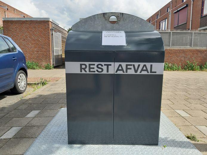 Restafvalcontainer in de Arnhemse wijk Rijkerswoerd, met een waarschuwing voor zogenaamd cameratoezicht.