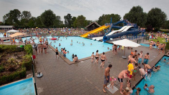 Het zwembad bij het recreatieoord op een drukke zomerdag, buiten coronatijd. Archiefbeeld ter illustratie.