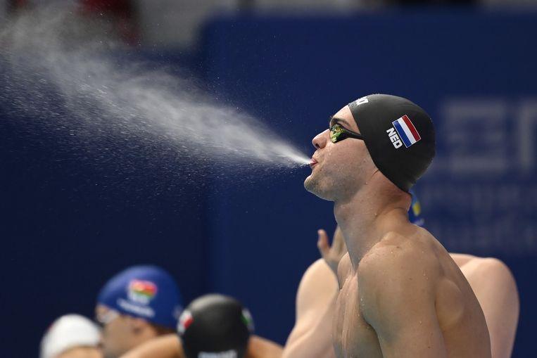 Nyls Korstanje maakt zich klaar om voor Nederland uit te komen op de 50 meter vlinderslag tijdens het EK-zwemmen in Boedapest.  Beeld EPA