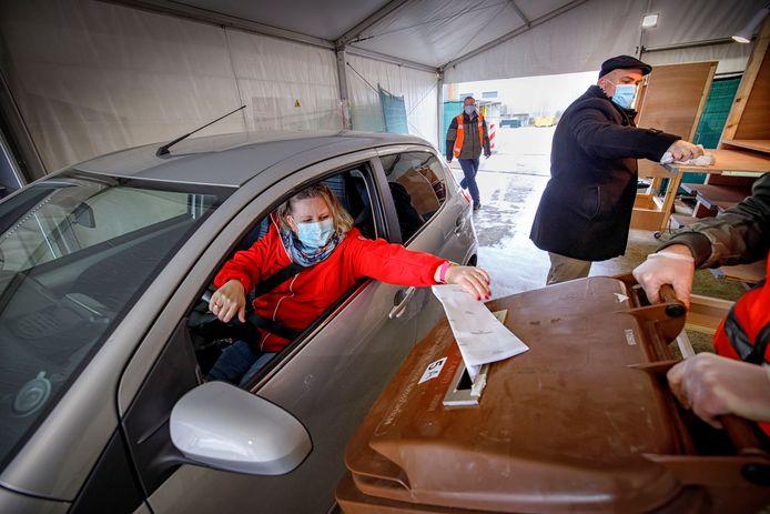 In Kaatsheuvel konden inwoners woensdag voor het eerst stemmen vanuit de auto.