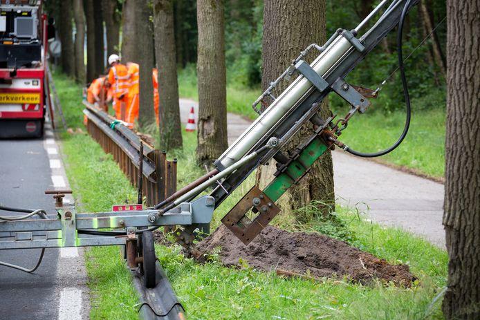 In Friesland boorden ze recent met een speciaal daarop afgestemde heimachine de palen voor de geleiderails schuin de grond in. Bomen en kabels en leidingen bleven daardoor ongemoeid.