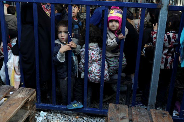 Kinderen wachten tot hun gezin geregistreerd kan worden in vluchtelingenkamp Moria op het Griekse eiland Lesbos. Beeld REUTERS